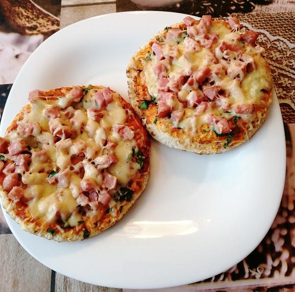 Быстрые бутерброды на пите с сыром и ветчиной